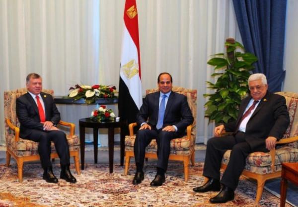 الرئيس عباس يلتقي العاهل الأردني والرئيس المصري في إطار جولة خارجية