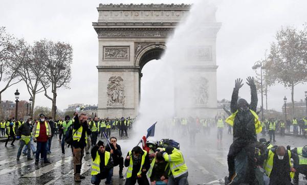 إصابة 37 شرطياً في مواجهات مع متظاهرين في باريس