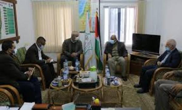 اللجنة البرلمانية تلتقي مدير الصليب الأحمر بغزة