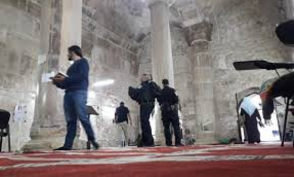 قوات الاحتلال تقتحم مصلى باب الرحمة وتصور المصلين بداخله