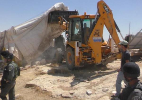 آليات الاحتلال تهدم معرشًا زراعيًا جنوب الخليل