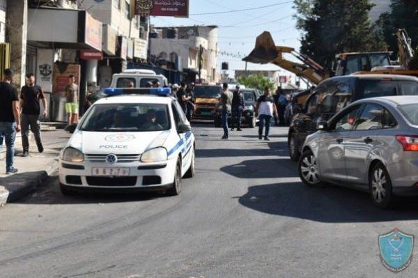 الشرطة والأجهزة الأمنية تُغلق محالاً تجارية وتحرر مخالفات بضواحي القدس