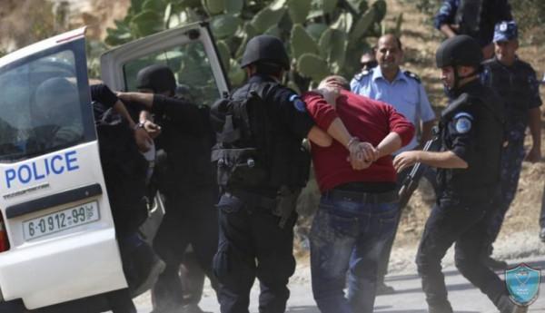 الخليل: الشرطة تقبض على مطلوبين للعدالة وتضبط مركبات غير قانونية