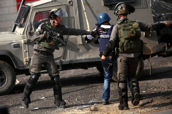 """""""نقابة الصحفيين"""" تدين اعتداء جنود الاحتلال والمستوطنين على صحفيين في سلفيت"""