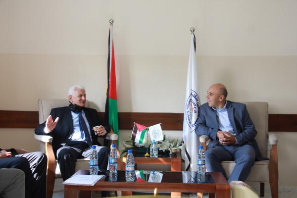 عباس زكي يزور جامعة خضوري بالعروب ويطلع على سير العملية التعليمية