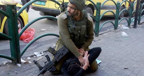 """الخليل: الفتى """"مقبل"""" ضربه جنود الاحتلال بوحشية وتسببوا بكسور في فكه"""