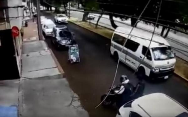 شاهد: لصان حاولا سرقة رجل فسحقهما بسيارته
