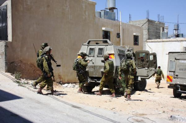 الاحتلال يقتحم مدينة نابلس ويفتش عددًا من المنازل