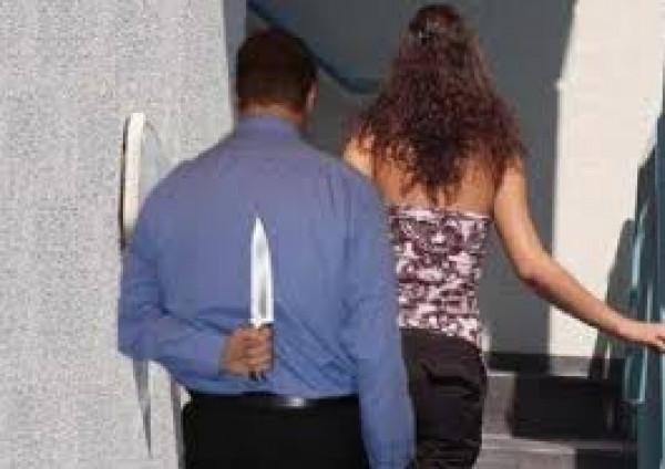 مُعلم يقتل زوجته التي تعمل مُدرسة أثناء دوامها