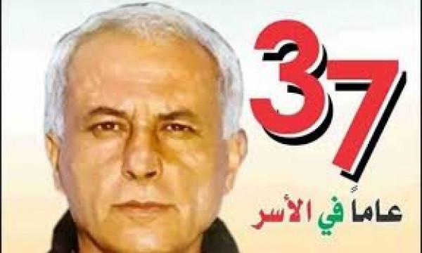 عباس زكي يهاتف والدة الأسير كريم يونس