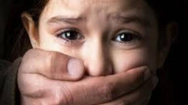 بمساعدة أمها وخالتها.. دجال يغتصب طفلة بحجة اخراج الجن
