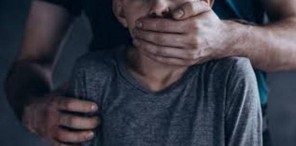 شاب يقتل طفل بعد مقاومة اغتصابه