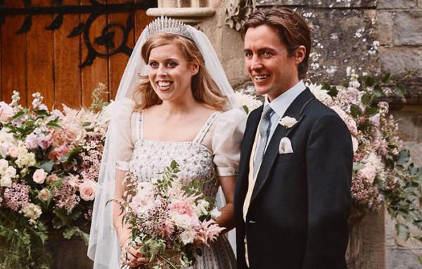 تعرفي على تفاصيل فستان زفاف الأميرة بياتريس وتاجها الماسي