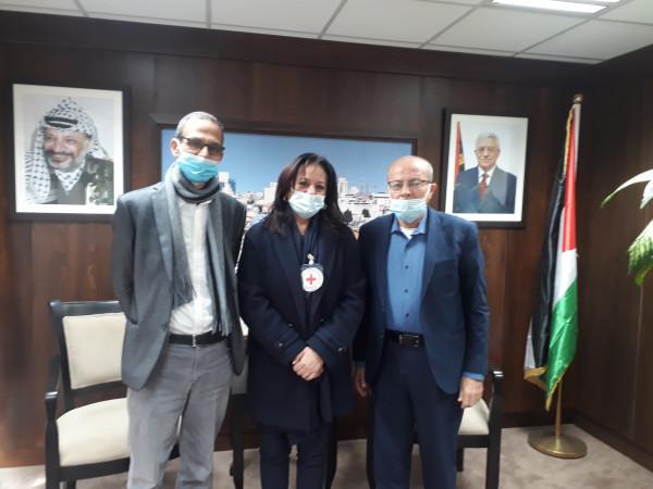 أبو بكر يُطالب الصليب الأحمر بالضغط على الاحتلال لتوفير وسائل الوقاية للأسرى