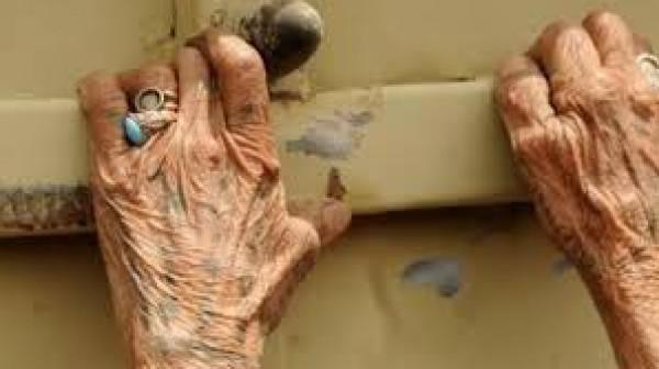 هرب عارياً.. شاب يقتحم منزل مسنة ويشرع باغتصابها