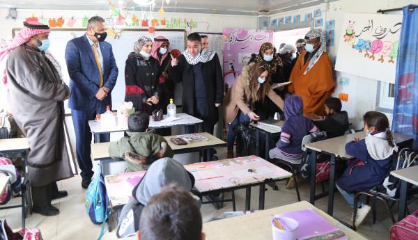 """""""التربية"""" توزع أجهزة حواسيب محمولة في مدرسة بادية رام الله"""