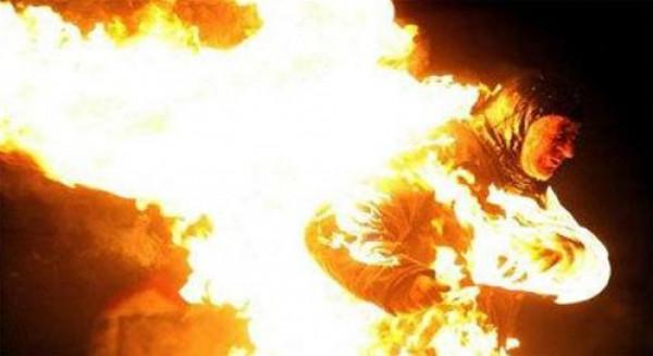 """مصرية تشعل النار بـ""""ضرتها"""" وتسجنها بغرفتها حتى الموت"""