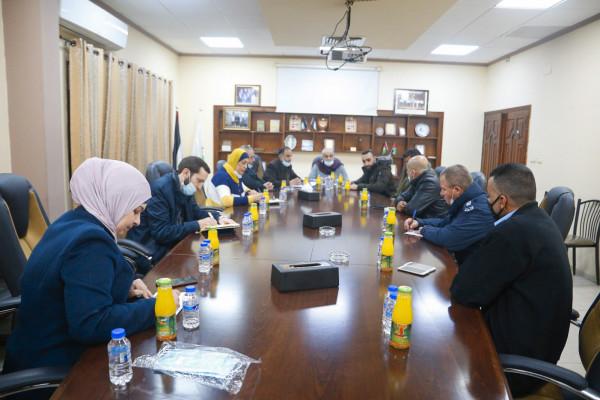 بلدية قلقيلية تعقد لقاء بؤري لتقييم الآثار الاجتماعية والبيئية لشارع الكنتري