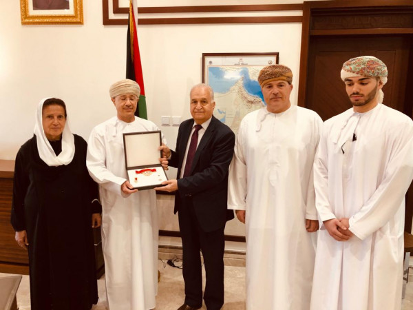 الرئيس عباس يكرم المرحوم توفيق عزيز بوسام نجمة الاستحقاق