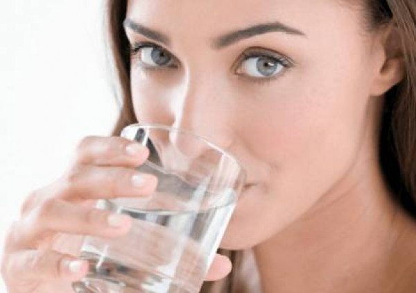 ما كمية الماء التي يجب أن نشربها يومياً لضمان الفوائد الصحية ؟