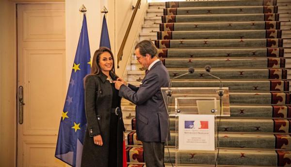 هند صبري تتسلم وسام الفنون والأداب الفرنسي من درجة ظابط بالقاهرة