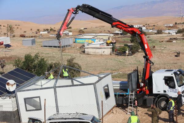 """سلطات الاحتلال تفكك مسكنين و ثلاثة """"بركسات"""" وتستولي عليها شمال أريحا"""