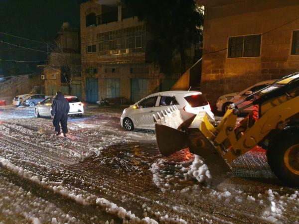 بلدية بيت لحم تواجه العاصفة الثلجية وتتعامل مع حالات لتسهيل حركة المواطنين