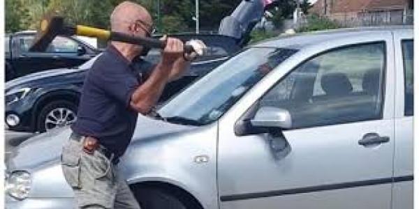 شاهد: فتاة تحطم زجاج نحو 15 مركبة وتصرخ بشكل هستيري.. ما القصة ؟