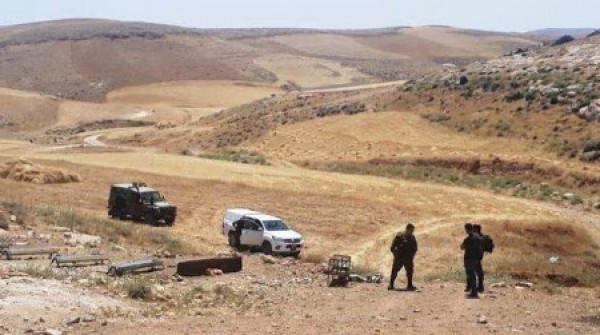 الاحتلال يُخطر مواطنين بوقف استصلاح أراضيهم في مسافر يطا