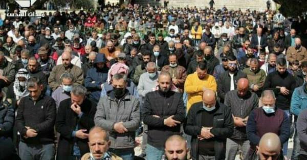 آلاف المواطنين يؤدون صلاة الجمعة في المسجد الأقصى رغم تشديدات الاحتلال