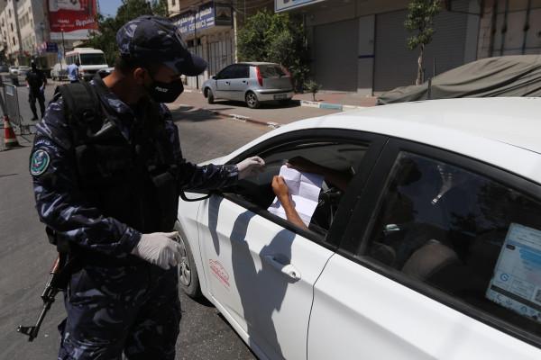 الشرطة تُحرر مخالفات وتُغلق محلات تجارية في الخليل