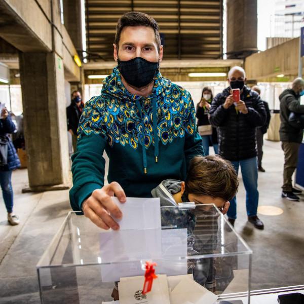 شاهد: ميسي يدلي بصوته في انتخابات رئاسة برشلونة