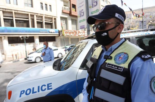 الشرطة تغلق محال تجارية وتنفذ مذكرات قضائية في نابلس