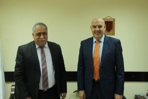 بنك القدس يقدم تبرعاً لنقابة الأطباء ويعزز استدامة التعاون