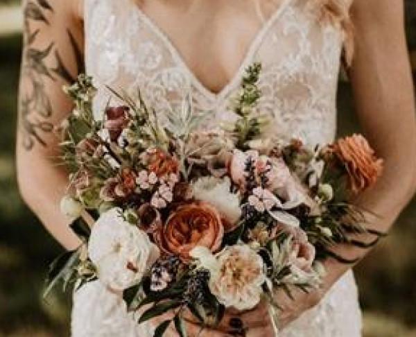 شاهدي: أجمل باقات الزهور الأكثر رواجاً لعروس 2021