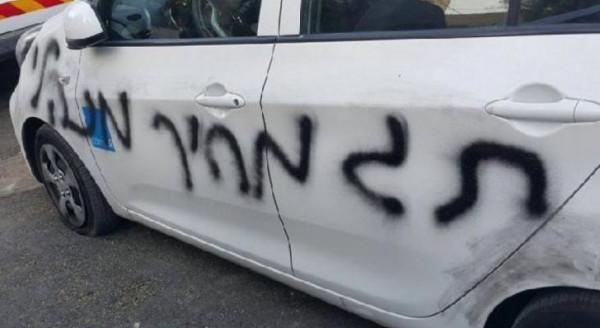 الجليل: مستوطنون يعطبون إطارات مركبات ويخطون شعاراتٍ عنصرية