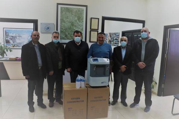 رئيس بلدية بيتونيا يتسلم من رئيس مجلس إدارة شركة دار الشفاء أجهزة توليد أوكسجين