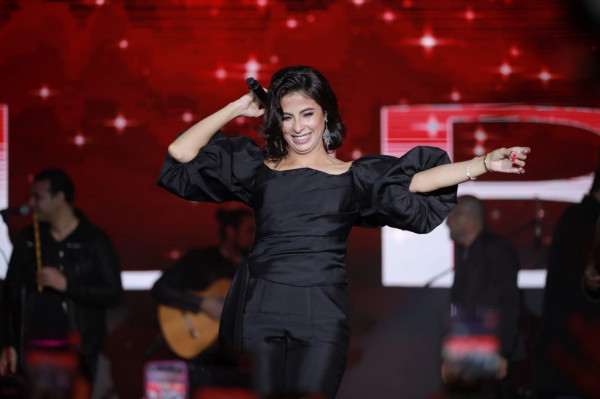 "صور.. تامر حسني وروبي يشعلان حفلاً ضخماً بمناسبة مرور عام على إطلاق ""تاج مصر"""