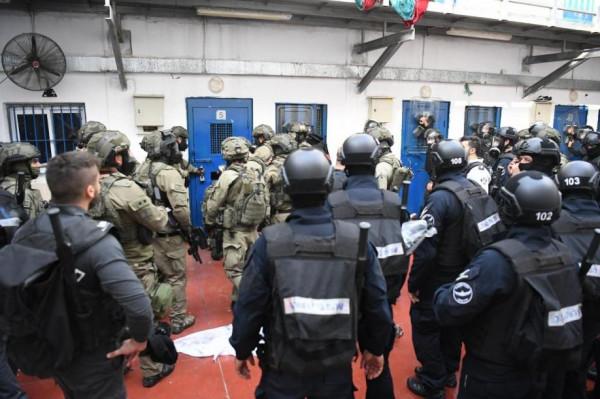 """قوات القمع تقتحم قسم (22) في سجن """"عوفر"""""""