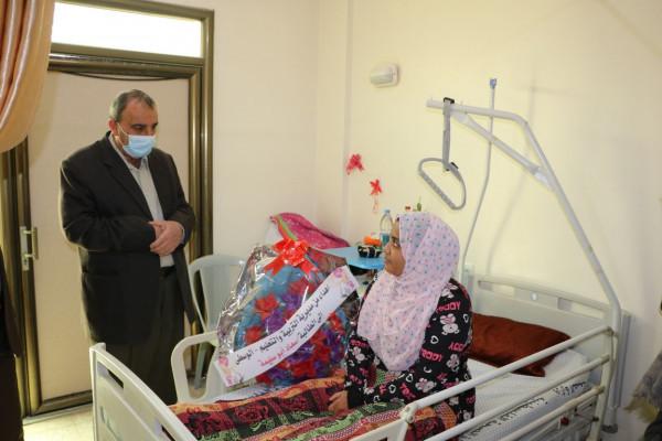 تربية الوسطى تزور طالبة من مديرية رفح تعالج بمستشفى الوفاء للتأهيل