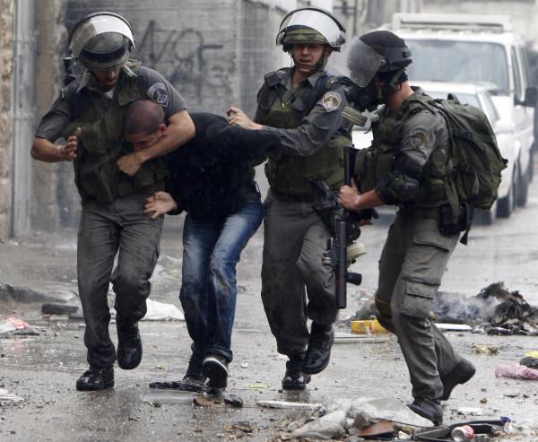 الاحتلال يعتقل 10 شبان من عائلة واحدة في الضفة الغربية