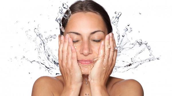 الماء الساخن أم البارد.. ما الأفضل لغسل البشرة ؟