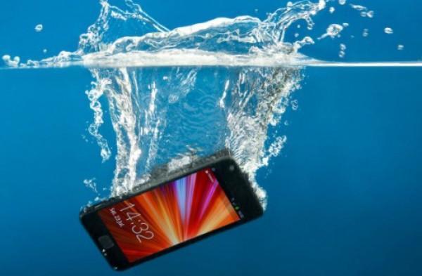 كيف تصلح هاتفك إذا سقط في الماء ؟