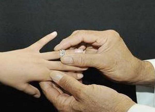 شاهد: ماذا فعلت فتاة عشرينية أُجبِرت على الزواج من سبعيني