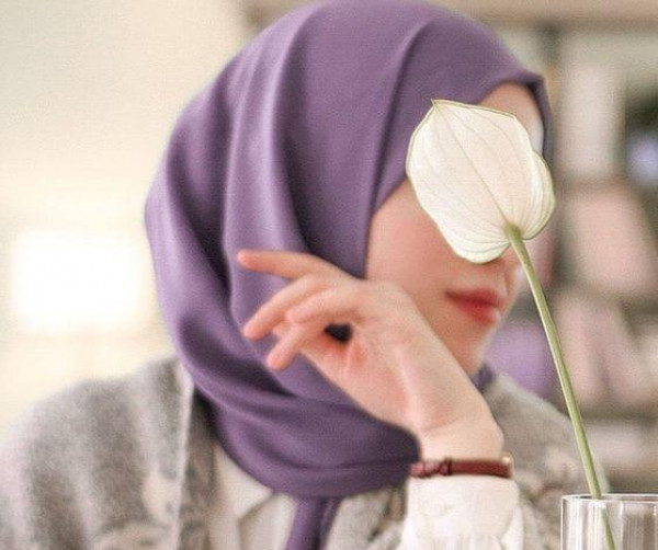 شاهد: زوجة فنان هوليوودي شهير تُحدث ضجة بإرتدائها الحجاب