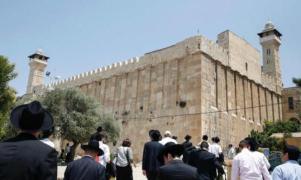 رقصات وغناء للمستوطنين في ساحات المسجد الإبراهيمي