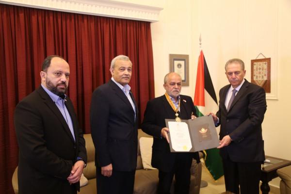 الرئيس عباس يمنح امين عام الصليب الأحمر اللبناني وسام بيت لحم