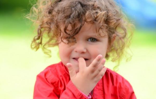 كيف تمنعي طفلك من قضم أظافره المؤذي ؟