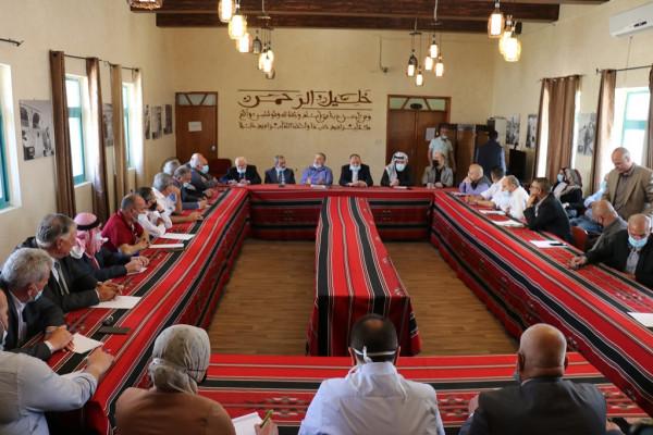 رئيس بلدية الخليل يجتمع مع مؤسسات وشخصيات لبحث آلية حل إضراب الأطباء
