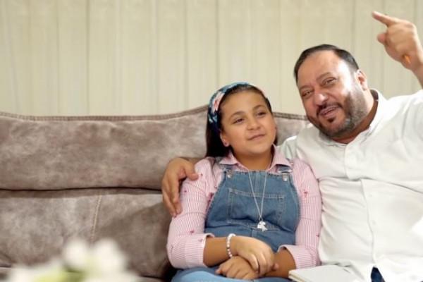 شاهد: إنهيار جنى مقداد من البكاء بعد رؤية والدها خلف زجاج العناية المركزة